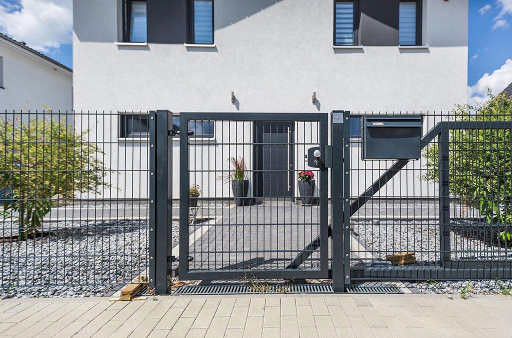 Womit wird eine Doppelstabmatten-Gartentür ausgestattet?