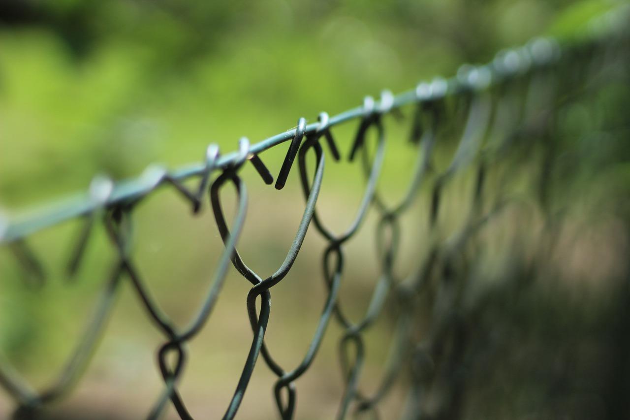 Zaun aufstellen - einfache Montage des Maschendrahtzauns