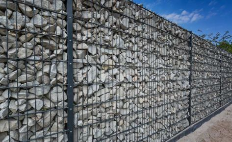 Projekt 05: Anthrazit-Gabionenzaun mit Natursteinfüllung