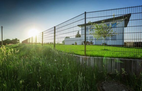 Projekt 23: Doppelstabmatten für Einfamilienhaus mit Stahltor