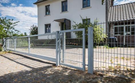 Projekt 26: Gittermatten in Hellgrau mit langem Schiebetor