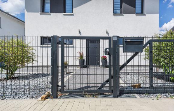Projekt 27: Anthrazit-Gittermatten mit Gartentür und Tor