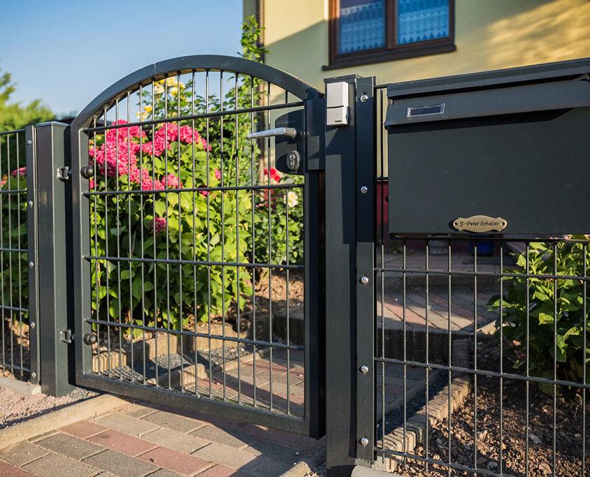 Projekt 28: Doppelstabmatten mit Hochbogentor und Gartentür