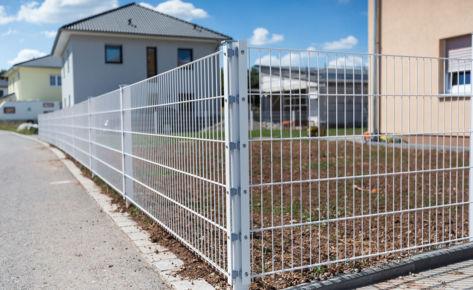 Projekt 29: Weiß lackierter Doppelstabmattenzaun mit Tür