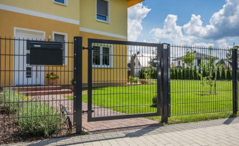 Projekt 31: Gittermatten mit Schiebetor und Gartentür mit Locinox-Schloss