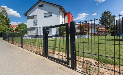 Projekt 33: Doppelstabmatten in Schwarz mit Rechteck-Gartentür