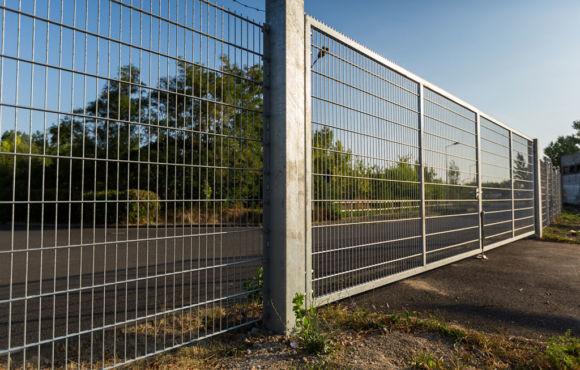 Projekt 34: Verzinkte Gittermatten mit Kletterschutz für Tor und Zaun